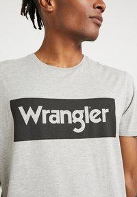Wrangler - T-shirt z nadrukiem - mid grey melange - 4