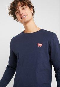 Wrangler - SIGN OFF TEE - Bluzka z długim rękawem - navy - 5