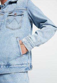 Wrangler - REGULAR - Veste en jean - blue hawaii - 3