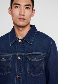 Wrangler - Veste en jean - dark blue denim - 4