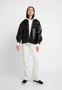 WRSTBHVR - STYLE FLARED PANTS DODI - Pantalon classique - white - 1