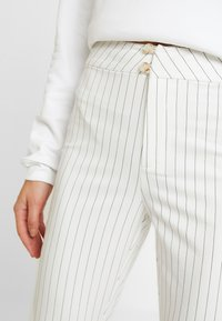 WRSTBHVR - STYLE FLARED PANTS DODI - Pantalon classique - white - 4