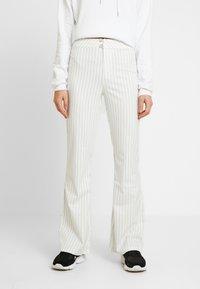 WRSTBHVR - STYLE FLARED PANTS DODI - Pantalon classique - white - 0