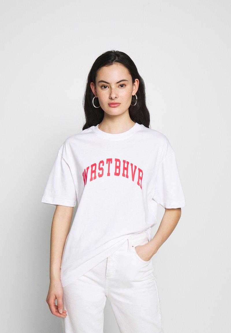WRSTBHVR - STYLE CHEER - Triko spotiskem - white