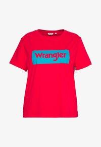 Wrangler Plus - LOGO TEE - T-shirt med print - bittersweet red - 0