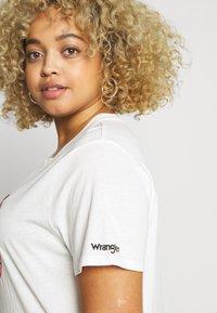 Wrangler Plus - HIGH REGULAR TEE - T-shirt med print - off white - 3