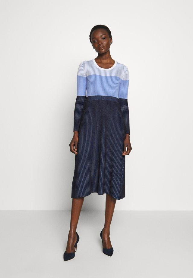 AGNESE - Stickad klänning - weiss