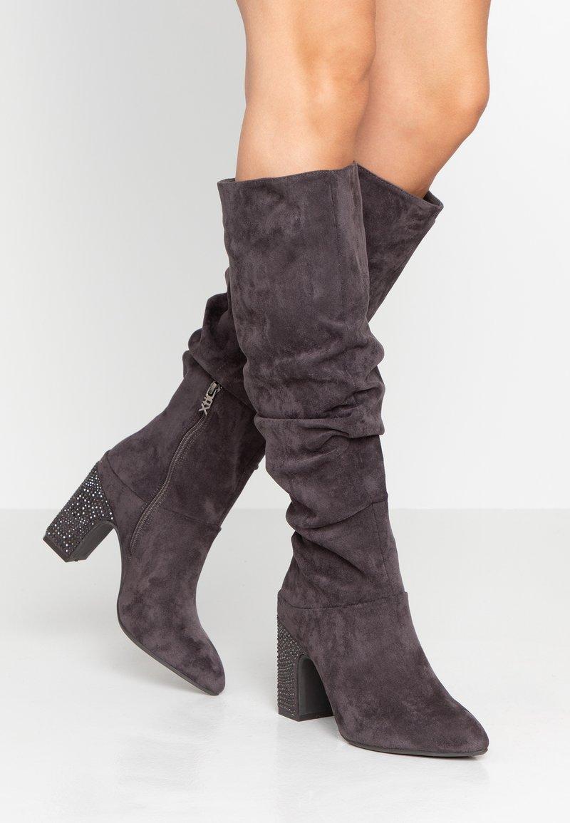 XTI - High Heel Stiefel - grey