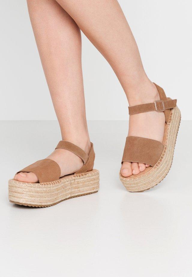 Sandály na platformě - camel