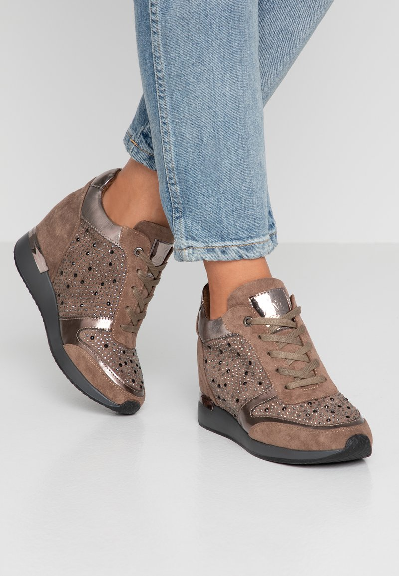 XTI - Sneakers laag - taupe