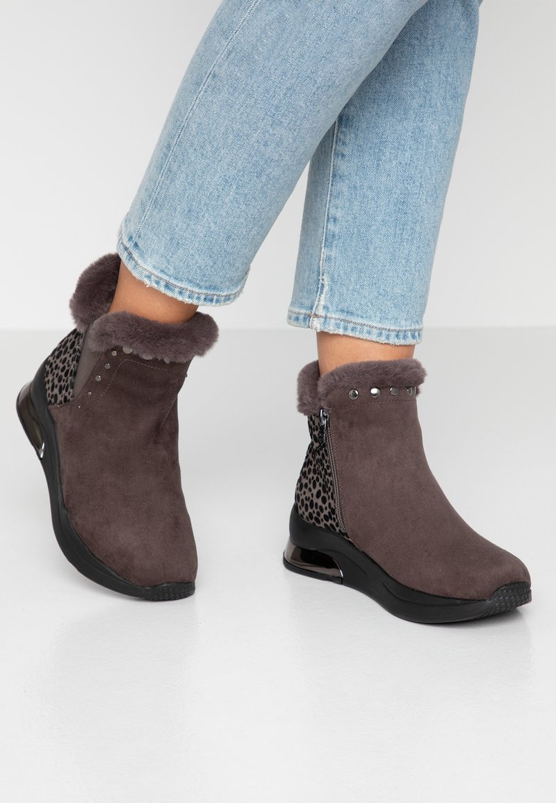 XTI - Ankle Boot - grey