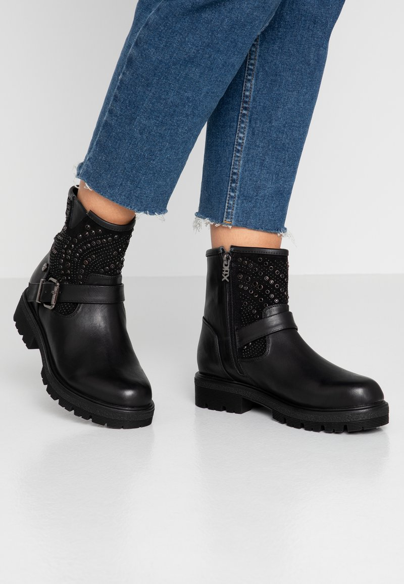 XTI - Cowboy/biker ankle boot - black