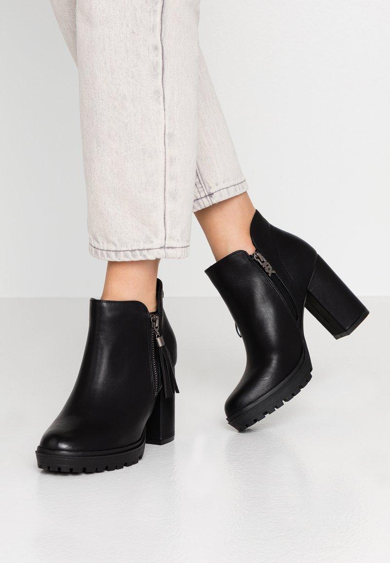 XTI - High Heel Stiefelette - black