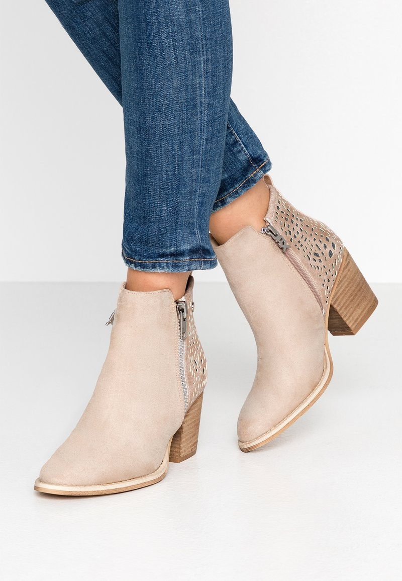 XTI - Ankle Boot - sand