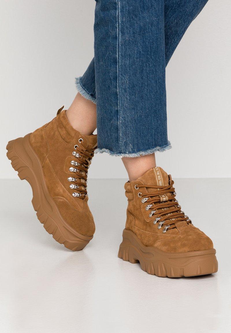 XTI - Kotníková obuv - camel