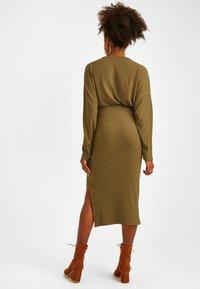 OXXO - MIT SEITLICHEM SCHLITZ - Pencil skirt - green - 2