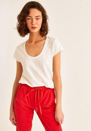MIT WEITEM AUSSCHNITT - Basic T-shirt - weiß