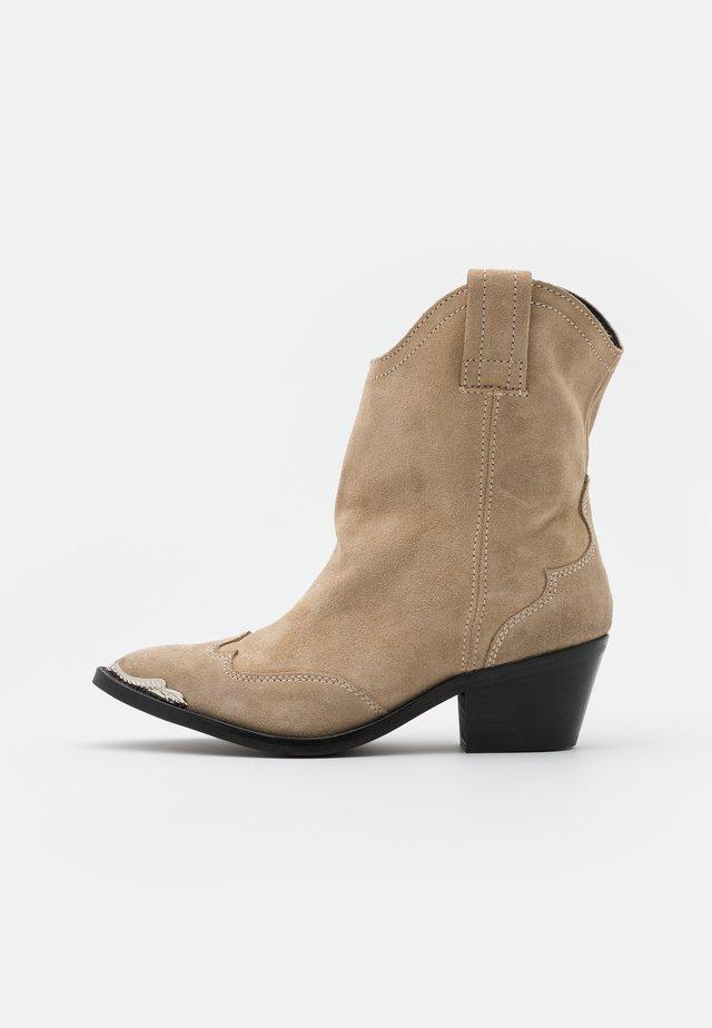 YASPITLA WESTERN BOOTS - Cowboy-/Bikerlaarsjes - creme