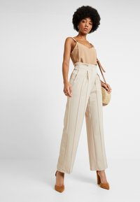 YAS - YASWELLO WIDE PANT VIP - Stoffhose - oxford tan - 1