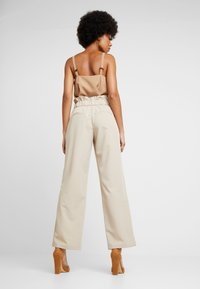 YAS - YASWELLO WIDE PANT VIP - Stoffhose - oxford tan - 2