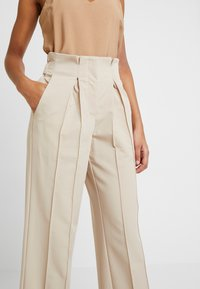 YAS - YASWELLO WIDE PANT VIP - Stoffhose - oxford tan - 3