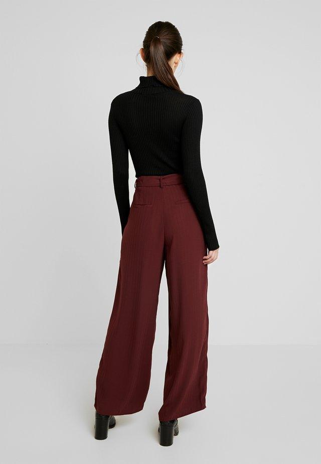 YASMEELEY PANTS - Stoffhose - burgundy