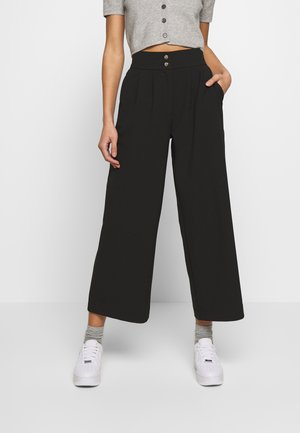 YASSINE CRPPED PANTS - Pantalones - black