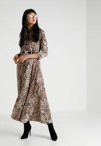 YAS - YASANIMA LONG SHIRT DRESS SNAKE - Maxi-jurk - black - 1