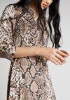 YAS - YASANIMA LONG SHIRT DRESS SNAKE - Maxikleid - black