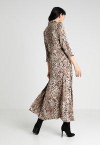 YAS - YASANIMA LONG SHIRT DRESS SNAKE - Maxi-jurk - black - 2