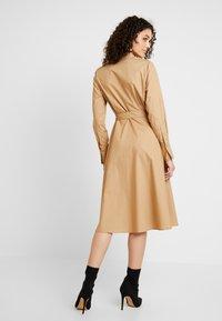 YAS - YASMIZEA DRESS ICONS - Denní šaty - tannin - 2