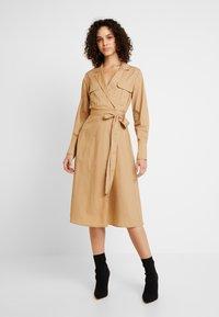 YAS - YASMIZEA DRESS ICONS - Denní šaty - tannin - 0