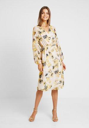 YASSIRIA DRESS - Denní šaty - primrose/yellow