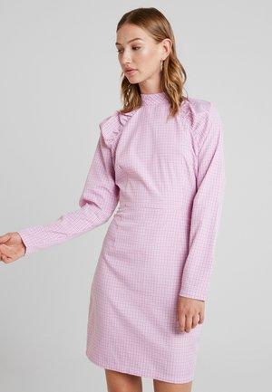 YASKAREN DRESS - Denní šaty - white/pink