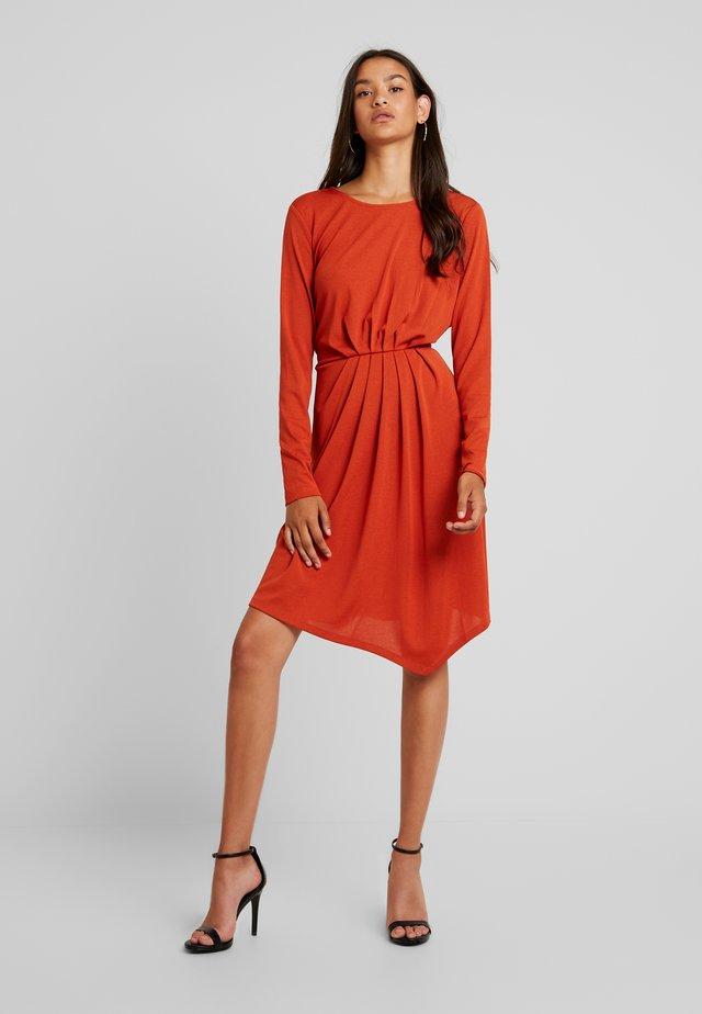 YASHINTALA DRESS - Žerzejové šaty - rooibos tea