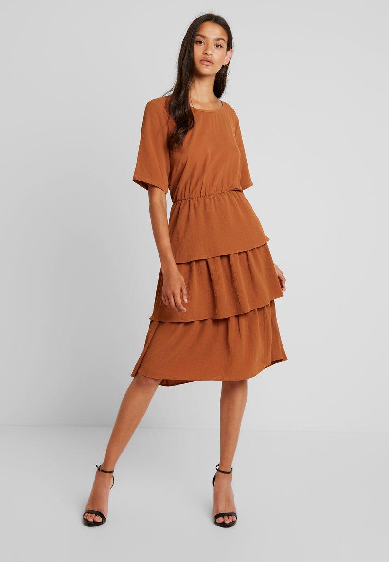 YAS - YASDEALI DRESS - Kjole - bombay brown