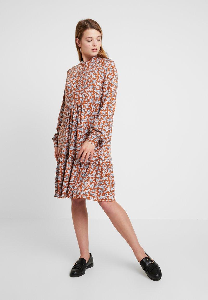 YAS - YASCARLA DRESS - Blusenkleid - bombay brown