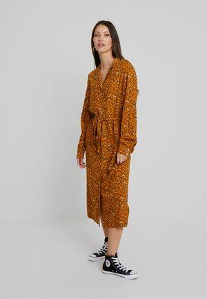 YASELLA MIDI DRESS - Denní šaty - buckthorn brown