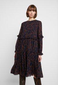 YAS - YASOMU DRESS - Robe d'été - navy blazer/autumnal stroke - 0