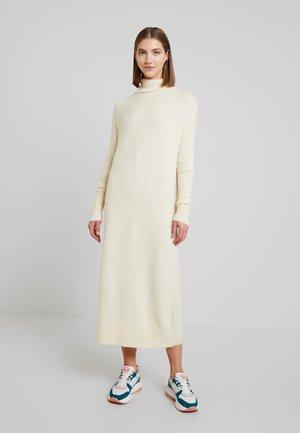YASTAMILLE ROLLNECK  DRESS  - Strikket kjole - white swan
