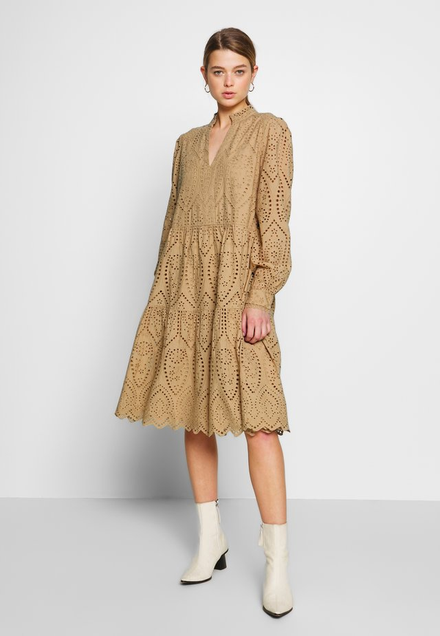 YASHOLI - Vestido informal - tannin