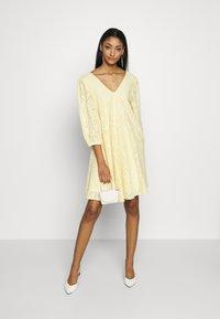 YAS - YASPENNY DRESS  - Sukienka letnia - golden haze - 2