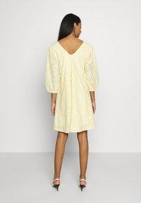 YAS - YASPENNY DRESS  - Sukienka letnia - golden haze - 3