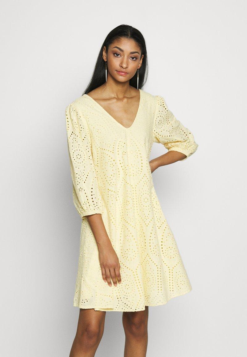 YAS - YASPENNY DRESS  - Sukienka letnia - golden haze