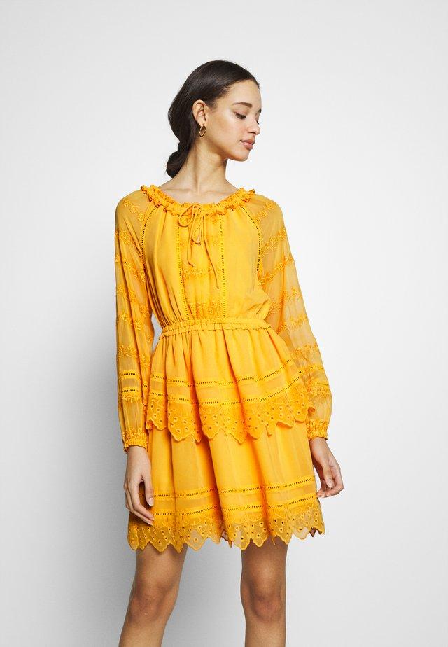 YASDANA DRESS  - Vapaa-ajan mekko - cadmium yellow