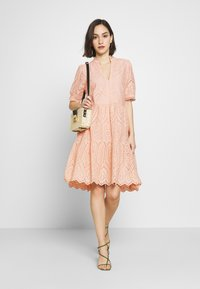 YAS - YASHOLI DRESS  - Denní šaty - cameo rose - 1