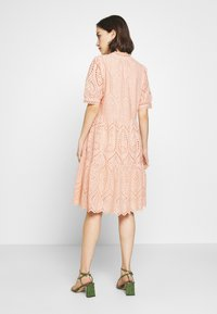 YAS - YASHOLI DRESS  - Denní šaty - cameo rose - 2