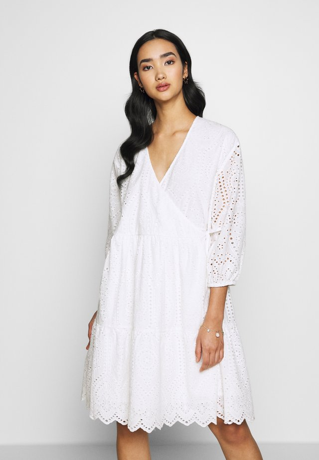 YASHOLI WRAP DRESS - Vapaa-ajan mekko - star white