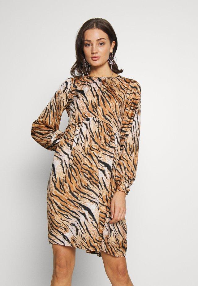 YASTIGERO SHORT DRESS - Denní šaty - beige