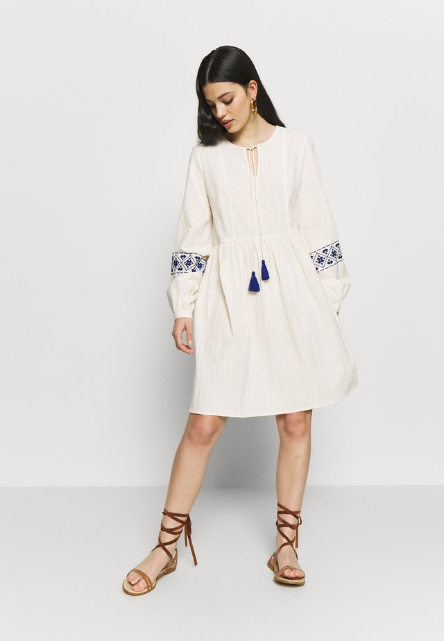 YASMATHILDE DRESS - Kjole - eggnog/surf the web